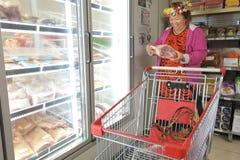 Drogherie d'acquisto della donna di Islander del cuoco immagine stock
