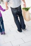Drogherie di acquisto della ragazza e del padre Immagine Stock