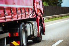 drogi czerwona ciężarówka zdjęcia royalty free