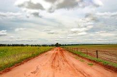 Drogi gruntowej omijanie między gospodarstwami rolnymi Zdjęcie Royalty Free