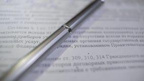 Drogi i piękny błyszczący kruszcowy pióro na dokumentu zbliżeniu Zdjęcie Stock