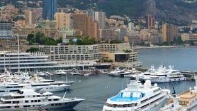Drogi jacht z lądowiskiem dokującym w Monaco schronieniu, luksusowa własność prywatna zdjęcie stock