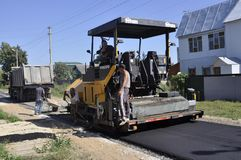 Drogi naprawa w mieście Balabanovo, Kaluga region na 2 2015 Czerwu (Rosja) Obraz Royalty Free