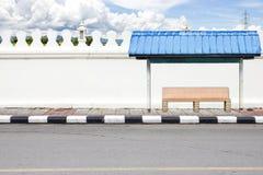 Drogi strona i biała duża ściana z autobusowym czekaniem. Zdjęcia Stock