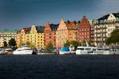Drogi wodne, łodzie i piękni starzy budynki w Sztokholm, Szwecja Zdjęcie Stock