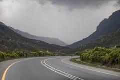 Drogowa ścieżka przez pasma górskiego na Clarence przejażdżce, Kleinmond, Zachodni przylądek, Południowa Afryka fotografia stock