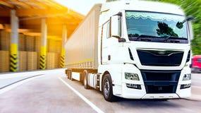 drogowa Pyrenees halna ciężarówka Spain Handlowy transport zdjęcia stock