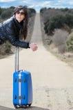 drogowa walizki czekania kobieta Zdjęcia Royalty Free