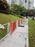 Drogowe bariery wzdłuż bruku zdjęcie royalty free