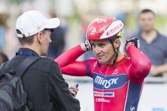 Drogowe cyklisty Evgeny Korolek pozy jako zwycięzca Międzynarodowa Drogowa kolarstwo rywalizacja Zdjęcia Stock