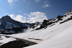 Drogowe i Śnieżne góry Obraz Royalty Free