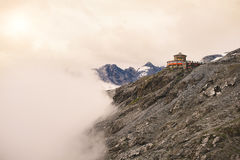 drogowe krajobrazowe wzgórze góry budować na górze góry i chmur Południowy Tyrol W Włochy Stelvio przepustki droga Obraz Stock