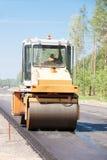Drogowego rolownika układu asfalt podczas drogowych prac fotografia stock