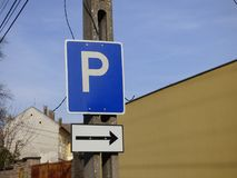 Drogowego ruchu drogowego znaka ostrzegawczego parking miejsce na prawej stronie Zdjęcie Royalty Free