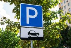 Drogowego ruchu drogowego znaka parking dla samochodów pokazuje dlaczego prawidłowo umieszczać ich pojazdy zdjęcie royalty free