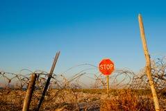 Drogowego znaka przerwa stoi na plażowego drutu kolczastego ogrodzenia ogrodzenia niebieskiego nieba lata dennym słońcu Obraz Stock