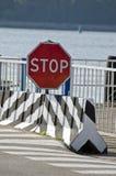 Drogowego znaka przerwa w portowym pobliskim morzu Fotografia Stock