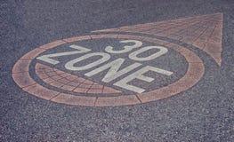 Drogowego znaka strefa 30 Prędkości ograniczenie na pas ruchu fotografia stock