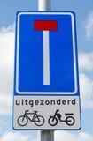 Drogowego znaka wskazujący martwy koniec oprócz cyklistów  Zdjęcia Stock