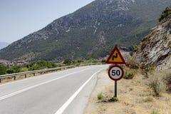 Drogowego znaka ` zwrota ` i ` prędkości ograniczenia stromy ` Zdjęcie Stock