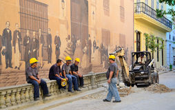 Drogowi pracownicy blisko dziejowej malującej ściany w Hawańskim obraz royalty free