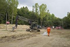 Drogowi pracownicy i ciężki wyposażenie po trzęsienia ziemi, Amatrice, Włochy Obrazy Royalty Free