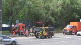 Drogowi pracownicy naprawia drogę 4K zbiory wideo