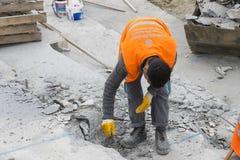 Drogowi pracownicy naprawiają chodniczek w Istanbuł blisko Galata mosta Fotografia Stock