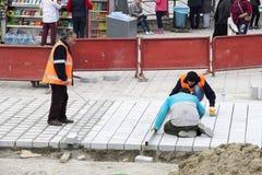 Drogowi pracownicy naprawiają chodniczek w Istanbuł blisko Galata mosta Zdjęcia Stock