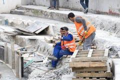 Drogowi pracownicy naprawiają chodniczek w Istanbuł blisko Galata mosta Obrazy Stock