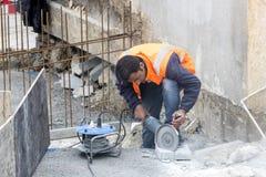 Drogowi pracownicy naprawiają chodniczek w Istanbuł blisko Galata mosta Zdjęcia Royalty Free