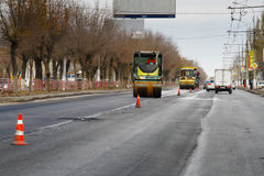 Drogowi rolowniki buduje nową asfaltową drogę w mieście Zdjęcia Royalty Free
