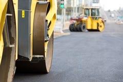 Drogowi rolowniki compacting świeżego asfalt fotografia stock