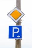 Drogowi znaki główna droga i parking Zdjęcia Stock