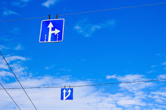 Drogowi znaki na drutach na tle niebieskie niebo Obraz Stock
