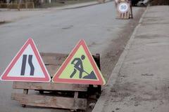 Drogowi znaki, objazd, drogi naprawa na ulicznej tła, ciężarówki i ekskawatoru głębienia dziurze, obraz royalty free