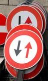 Drogowi znaki z czarnymi strzała i Czerwonymi strzała obraz stock