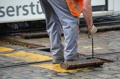 Drogowiec naprawia tramwajów poręcze Zdjęcia Stock