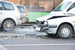 Drogowy kraksa samochodowa karambol w miastowej ulicie zdjęcia stock