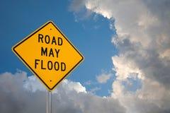 Drogowy Maj powodzi znak Przeciw niebieskiego nieba i burzy chmurom obrazy stock