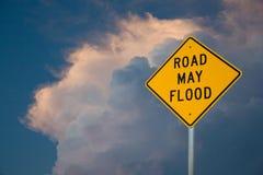 Drogowy Maj powodzi znak Przeciw niebieskiego nieba i burzy chmurom obraz stock