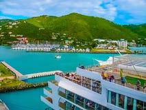 Drogowy miasteczko, Tortola, Brytyjskie Dziewicze wyspy - Luty 06, 2013: Statek wycieczkowy Mein Schiff 1 dokujący w porcie Obrazy Royalty Free