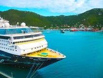 Drogowy miasteczko, Tortola, Brytyjskie Dziewicze wyspy - Luty 06, 2013: Statek wycieczkowy Mein Schiff 1 dokujący w porcie Fotografia Stock