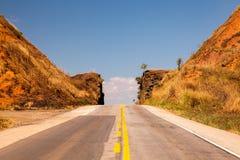 Drogowy omijanie przez przesmyka cutted skałę z niebieskim niebem w Brazylia Zdjęcie Stock