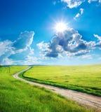 Drogowy pas ruchu i głęboki niebieskie niebo Zdjęcie Stock