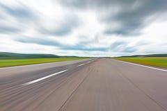 Drogowy pas startowy w ruchu zamazywał abstrakcjonistycznego prędkość pokazu w perspektywie Obrazy Royalty Free