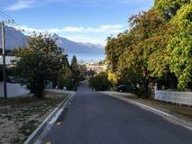 Drogowy prowadzi puszek wzgórze centrum piękny Queenstown zdjęcie stock