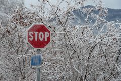 Drogowy przerwa znak po lodowej burzy Obraz Stock