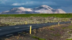 Drogowy przybycie zbliża się powulkaniczne góry obraz royalty free