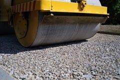 Drogowy rolownik wykonuje drogowe pracy na zrównywać świeży asfalt obrazy stock
